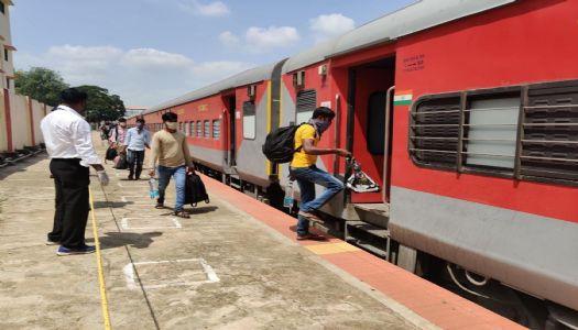 मजदूरों को भेजने के लिए महाराष्ट्र को १४५ ट्रेनें दीं
