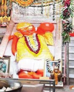 श्री चिंताहरण काले हनुमानजी मंदिर में संत पांच-पांच फिट की दूरी पर कर रहे हैं बजरंग बली की आराधना