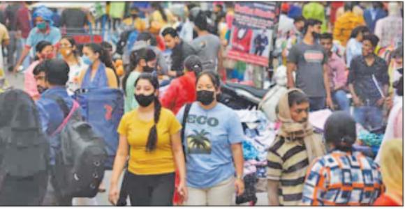 दिल्ली के बाजाराें में उमड़ रही भीड़ !